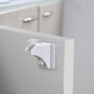 kindersicherung f r den schrank das haus kindersicher machen. Black Bedroom Furniture Sets. Home Design Ideas